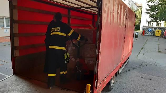 Jihomoravští hasiči ve středu rozvezli 450 tisíc antigenních testů do obcí s rozšířenou působností.