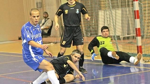 Futsalisté Helasu Brno ( v modrém Jan Dornay) nezaháleli ani přes svátky.