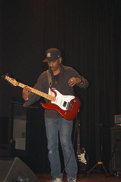 Kytarista Ronny Drayton.