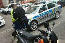 Ke kradenému motocyklu, u kterého čekali policisté v civilu, se zloděj vrátil. Následně skončil v rukou zákona.