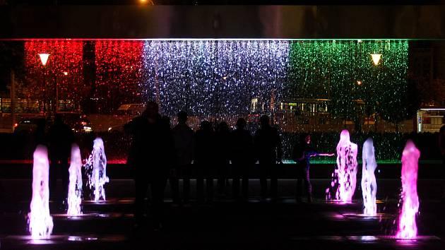 Fontána před divadlem zářila maďarskými barvami. Připomněla konec totality