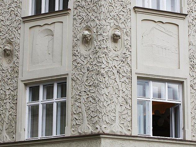 Fasáda domu na rohu Zelného trhu a Radnické ulice.