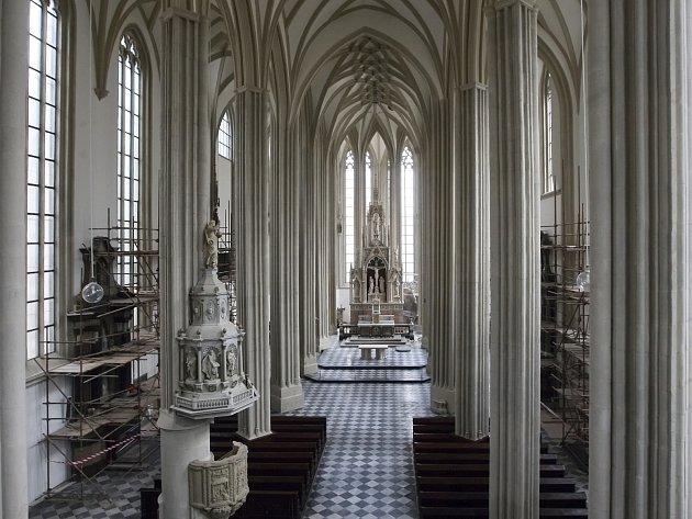 Kostel svatého Jakuba v Brně  má novou výmalbu, opravené sloupy a klenby. Celková obnova skončí až příští rok v dubnu.