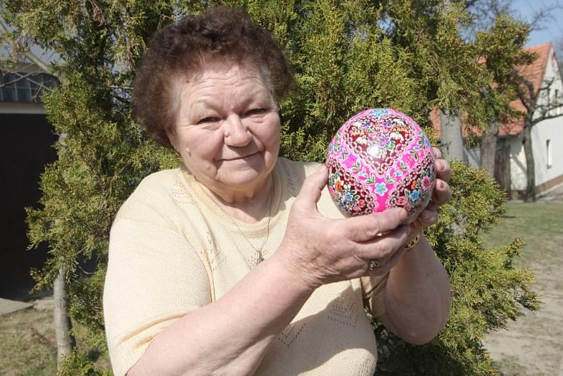 Malérečka Marie Pivodová z Borkovan na Břeclavsku vyrábí kraslice od mala. Naučila ji to její matka. Od té doby si nedokáže život bez kraslic představit.