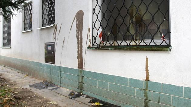 Muslimská modlitebna v Brně po řádění vandalů.