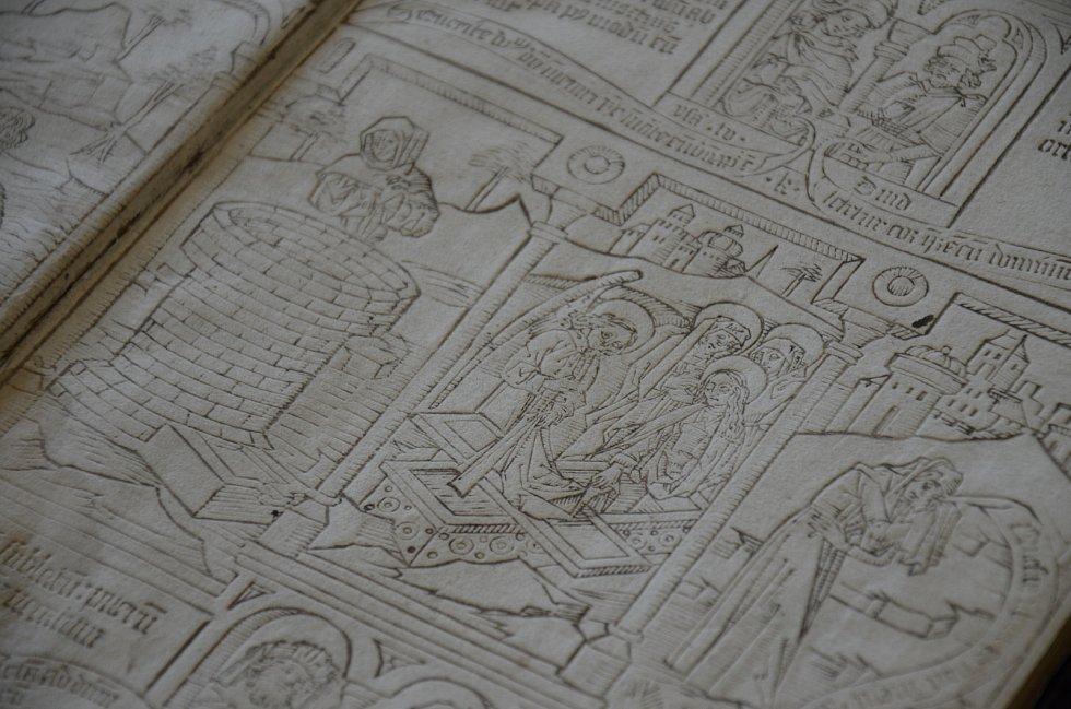 Například tyto prvotisky z druhé poloviny patnáctého století zdigitalizují zástupci Moravské zemské knihovny, Muzea umění Olomouc a Knihovny Akademie věd ČR. Foto: Deník/Barbora Peštálová