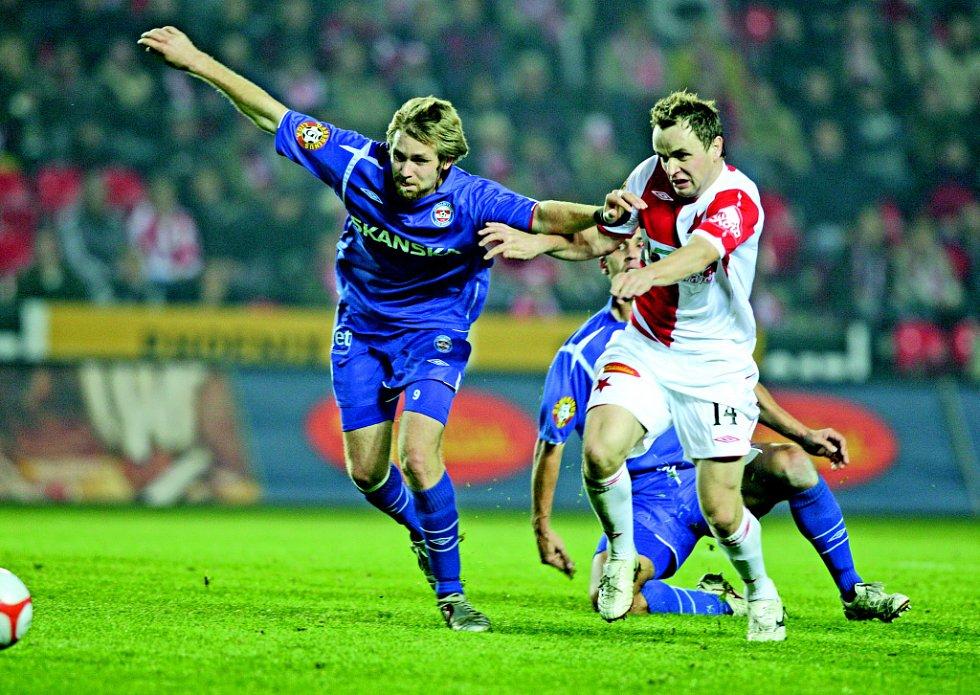 FALEŠNÝ BEK. Jindy ofenzivní záložník Tomáš Okleštěk (vlevo) nastoupil na netradičním místě levého obránce místo vykartovaného Čoupka. Na snímku svádí souboj se Šenkeříkem.