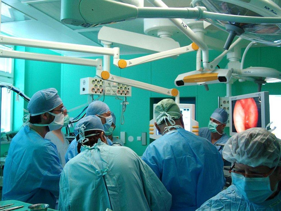 Lékaři se díky speciální sondě při operaci podívají na mozek pacienta zevnitř.