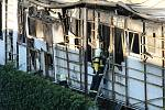 Požár na tržnici hasiči stále vyšetřují.