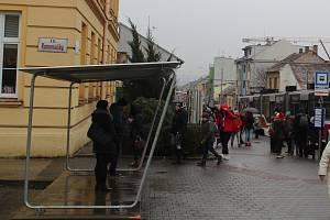 Ve směru do Juliánova je dočasný přístřešek, který je nechráněný před vlivem počasí.