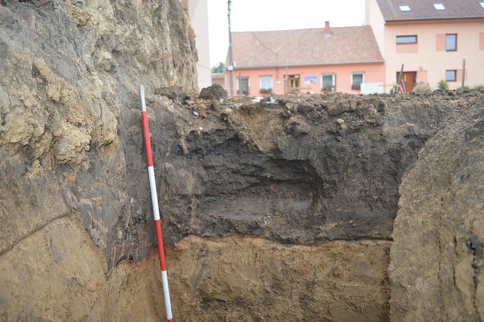 Zlomky keramiky našli archeologové při záchranném výzkumu ve Tvarožné na Brněnsku.