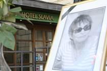 Vzpomínkové místo na režisérku Věru Chytilovou, která zemřela ve středu ve věku 85 let, vzniklo před brněnským hotelem Slavia v Solniční ulici.
