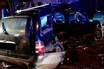Výsledkem nehody dvou aut na hlavní spojnici z Komína do Bystrce bylo pět zraněných lidí.