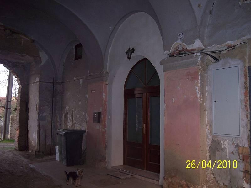 Panský zemědělský dvůr v Drnovicích je klasicistní hospodářský dvůr. Opraveny byly vnější omítky a střecha. Stavba před úpravami.