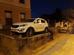 Auto ve Francouzské ulici v Brně dělníci obkopali.