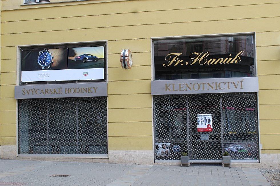 Zavřené klenotnictví v Rašínově ulici v historickém centru Brna, 13. března 2021