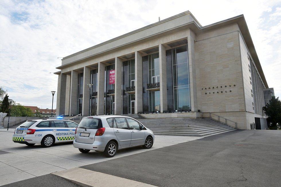 Brno 13.5.2020 - odstavené auto před Janáčkovým divadlem v Brně