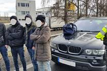 BMW honila v neděli slovenská i česká policie. Řidič převážel osm nelegálních migrantů z Iráku.