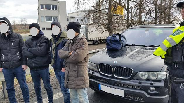 Ujíždějící BMW chytili policisté až u Brna. Řidič vezl nelegální Iráčany
