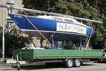 Na Moravském náměstí v Brně mohli lidé několik týdnů vidět zaparkovaný přívěs s lodí, která lákala k návštěvě cestovatelského festivalu Na divoko. Teď je nově přesunutá do Šumavské ulice.
