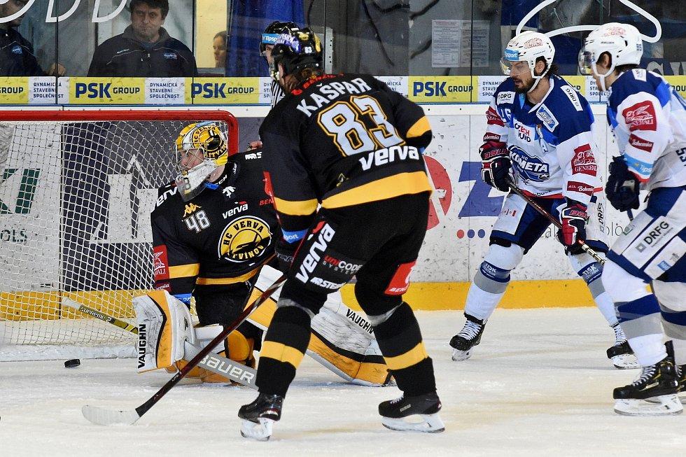 Domácí HC Kometa Brno v bílém proti HC Litvínov (Michael Petrásek). 3ea89a2fa1