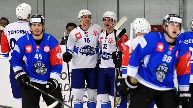 Zápas Ligy mistrů mezi Kometou Brno (16 Luboš Horký a 32 Dalimil Mikyska) a EV Zug ze Švýcarska.