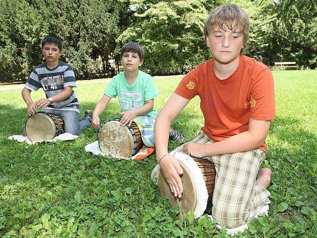 Africké bubny v brněnských Lužánkách.