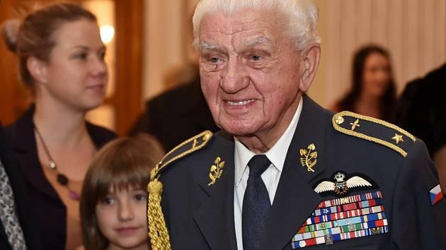 Slavnostní medaile, diplom a kytici si v sobotu večer od hejtmana Michala Haška převzalo šestadvacet úspěšných jihomoravských osobností.