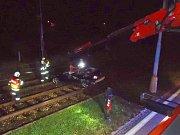 K neobvyklému vozidlu v kolejišti museli vyjíždět krátce před půlnocí v noci na pondělí brněnští hasiči. V Žabovřeské ulici pomáhali řidiči, který po nehodě skončil i s autem na tramvajové trati.