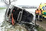U obce Hostěradice na Znojemsku vyprostili hasiči jednoho člověka z havarovaného vozidla. Felicii zajistili a provedli protipožární opatření.