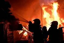 Nejdřív plameny pohltily přístavek, potom se rozšířily na dům. Hasiči v sobotu krátce před pátou hodinou ráno vyjížděli k požáru do brněnské Líšně. Oheň uhasili za hodinu. Nikdo se při požáru nezranil.
