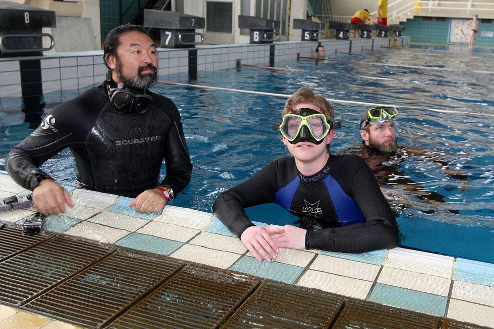 Redaktorka Deníku Rovnost Věra Sychrová (vpravo) si zkusila kurz freedivingu, tedy potápění na jeden nádech bez výstroje.