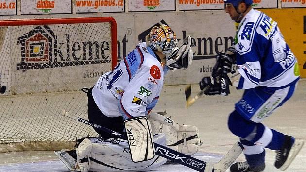 Hokejisté Komety poprvé zvítězili na chomutovském ledě. Gólem přispěl také Ivan Padělek.