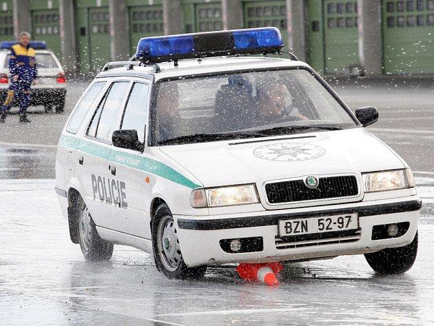 Policisté zkoušeli, co dělá auto na mokru.