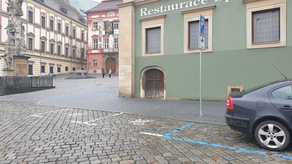 Brno ulice Zelný trh - parkovací místa pro motocykly a koloběžky