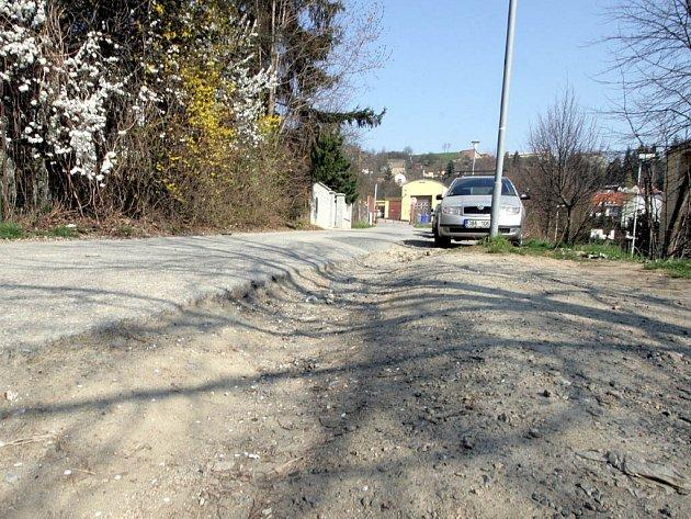 Silnice v Bochořákově ulici je ve špatném stavu a ujíždí.