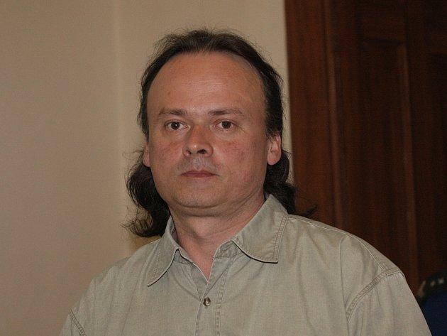 Ladislav Olšák je obžalovaný z ublížení na zdraví, vydírání, nebezpečného vyhrožování a také ze znásilnění. Úterní přelíčení u Krajského soudu v Brně o jeho osudu nerozhodlo.