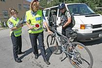 Strážníci kontrolovali cyklisty.