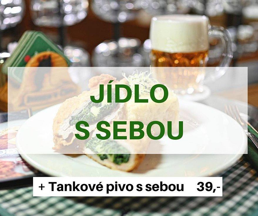 Pivo s sebou. Brněnská pivnice u Čápa nabízí výběr z jídelního lístku a zabalení jídla do krabičky. Lidé si s sebou navíc mohou odnést i tankové pivo za 39 korun.