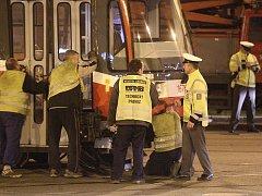 V křižovatce Jugoslávské a Merhautovy ulice vykolejila tramvaj.