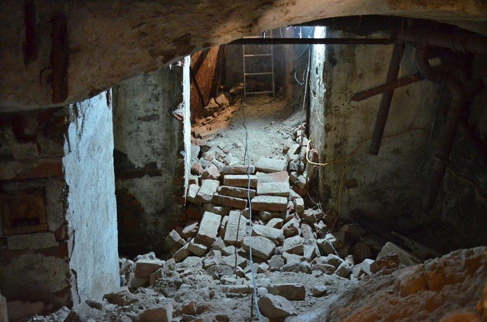 Při průzkumu se archeologové dostali až do druhého suterénu. Našli třináct polozasypaných místností.