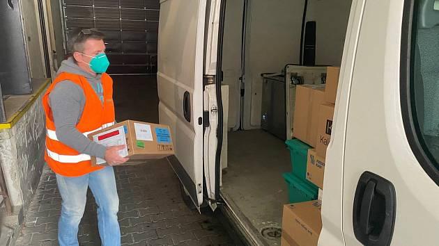 Z Brna rozvezl distributor lék ivermektin do dalších nemocnic v republice.