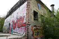 Z bývalé armádní jídelny pod Kraví horou chtějí aktivisté kulturní centrum. Navzdory jejímu stavu.