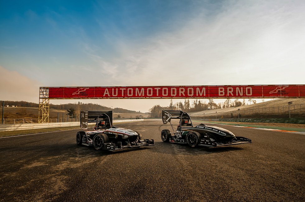 Dragon X a Dragon e1 na autodromu Brno.