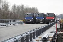 Zatěžkávací zkouška mostu na Nových Mlýnech.