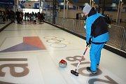 Největší fronty čekají návštěvníci na Olympijském festivalu v Brně na curling.