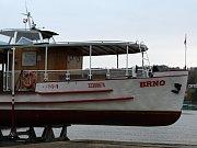 Desítky Brňanů pozorovali vytahování poslední lodi z Brněnské přehrady na souš.