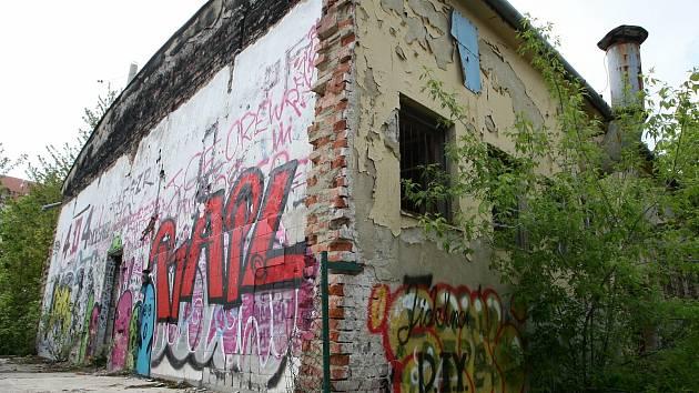 Chátrající bývalá vojenská kuchyně a jídelna pod Kraví horou v Brně.