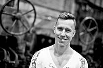 Dráhoví cyklisté brněnské Dukly (na snímku Tomáš Bábek) při oficiálním focení v ostravské hutnické továrně.