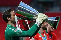 Fotbalový brankář Václav Hladký získal ve Salfordu City první trofej.